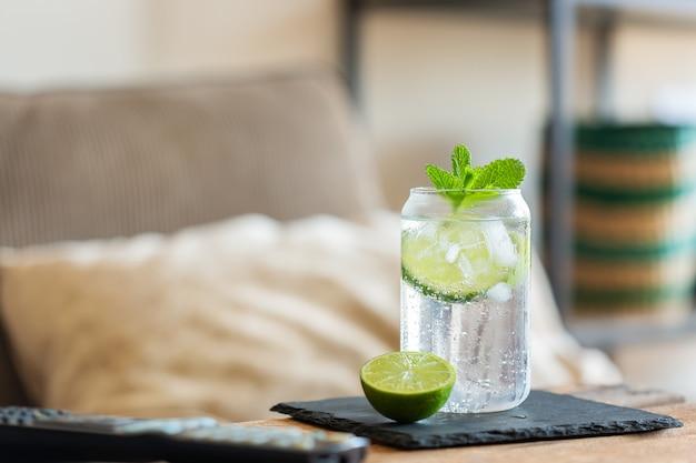 Twardy koktajl seltzer z limonką na relaksujące popołudnie w domu