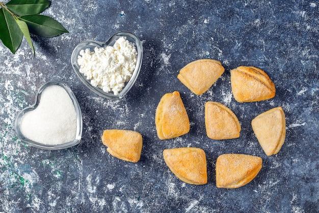 Twaróg i ciasteczka z cukru wrony ciasteczka trójkąt stóp, widok z góry