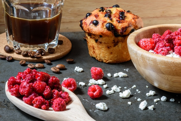 Twaróg z malinami, kawą i muffinem jagodowym