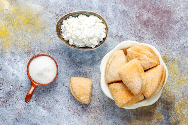 Twarożek i ciasteczka cukrowe trójkątne ciasteczka kurze łapki, widok z góry