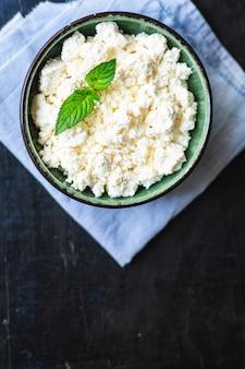 Twarożek mleko kozie lub owcze na stole zdrowe jedzenie posiłek kopia przestrzeń jedzenie rustykalne