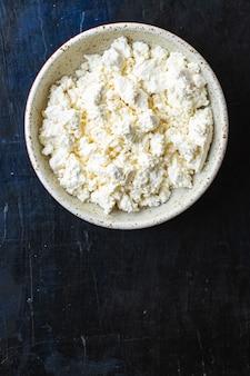 Twarożek mleko krowie lub owcze na stole zdrowe jedzenie posiłek kopia przestrzeń jedzenie rustykalne