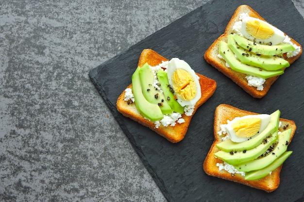 Twarożek tost z awokado z jajkiem. dieta ketonowa. przekąska keto lub śniadanie.