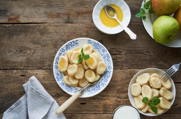 Twarożek vareniki z masłem na talerzu