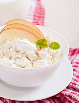 Twarożek z jabłkami i śmietaną na śniadanie z bliska