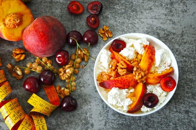 Twarożek z owocami. koncepcja zdrowej diety na odchudzanie. śniadanie fitness. dieta ketonowa. śniadanie ketonowe.