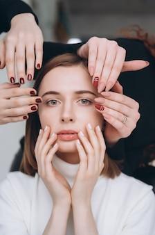 Twarz dziewczyny i ręce, które sprawiają, że różne usługi salon kosmetyczny