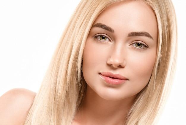 Twarz kobiety blond włosy naturalnemakijaż opalona skóra. strzał studio.