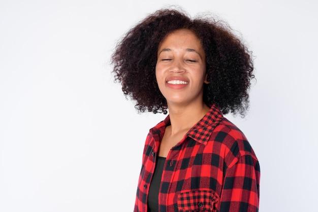Twarz kobiety szczęśliwy młody piękny afrykański hipster, uśmiechając się z zamkniętymi oczami