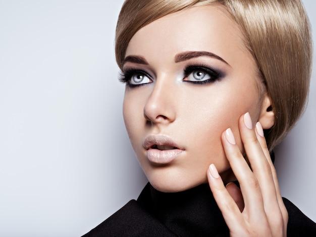Twarz Kobiety Z Moda Czarny Makijaż Oczu I Długie Czarne Rzęsy. Darmowe Zdjęcia