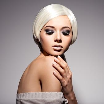 Twarz kobiety z moda czarny makijaż oczu i długie czarne rzęsy.