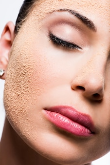 Twarz kobiety z pudrem kosmetycznym na skórze
