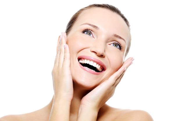 Twarz kobiety ze zdrowymi białymi zębami