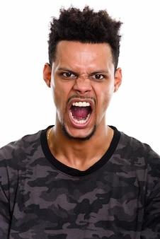 Twarz młodego człowieka afrykańskiego gniewnego krzycząc na białym tle