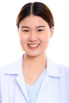 Twarz młodego szczęśliwego azjatyckiego lekarza kobieta uśmiecha się