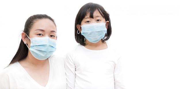 Twarz młodej azjatki i rodziny noszących maskę, aby zapobiec zarazkom, toksycznym oparom i kurzowi. zapobieganie infekcji bakteryjnej