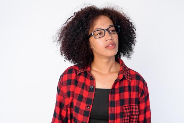 Twarz młodej kobiety afrykańskiej hipster z okularów myśli i patrząc w górę