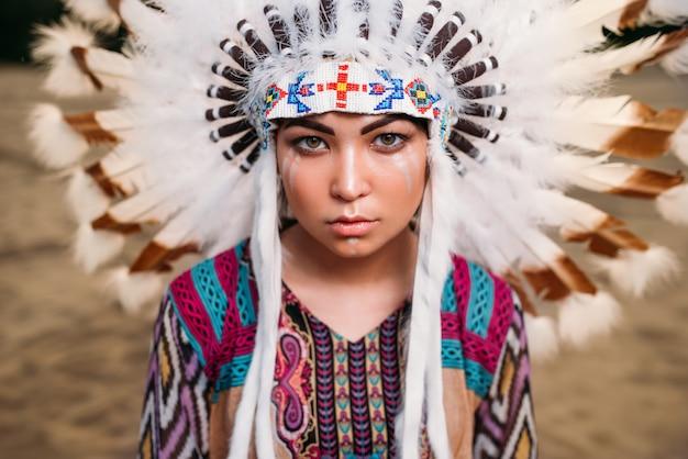 Twarz młodej kobiety amerykańskiej indianki, cherokee, navajo. nakrycie głowy wykonane z piór dzikiego ptactwa
