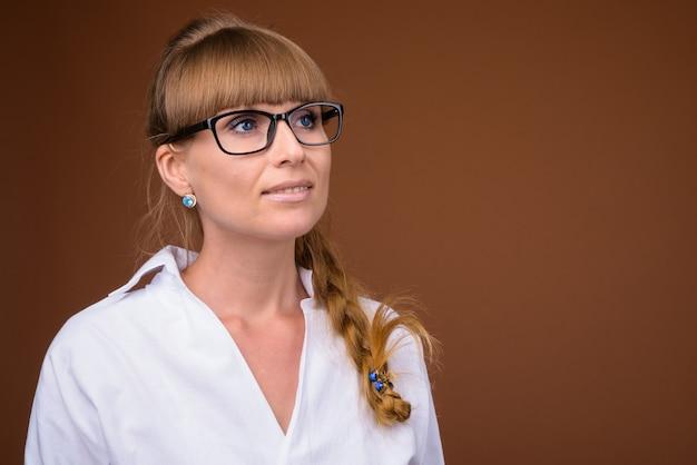 Twarz piękna blondynka kobieta myśli w okularach