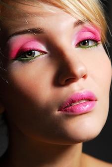 Twarz piękna dziewczyna z jasnoróżowym ceremonialnym makijażem
