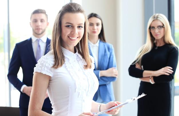 Twarz pięknej kobiety na tle ludzi biznesu
