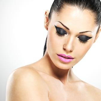 Twarz pięknej kobiety z makijażem mody. seksowna dziewczyna z różowymi ustami - na białym tle