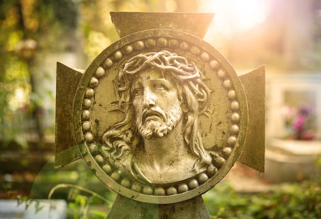 Twarz pomnika jezusa chrystusa w koronie cierniowej - obraz