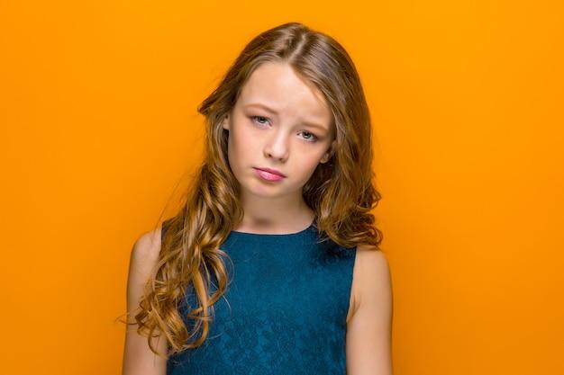 Twarz smutnej nastolatki