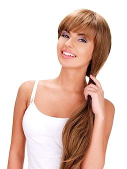 Twarz uśmiechnięta piękna indyjska kobieta z długimi włosami na białym tle