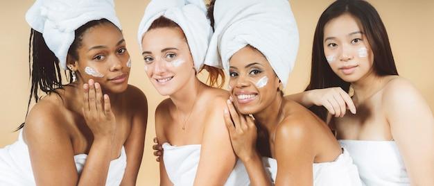 Twarze kobiet na pierwszym planie afro i biel w spa