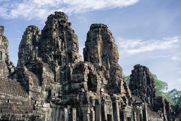 Twarze świątyni bayon w angkor thom, siemreap, kambodża.