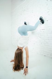 Twerk kobieta w niebieskie legginsy spodnie na białym tle