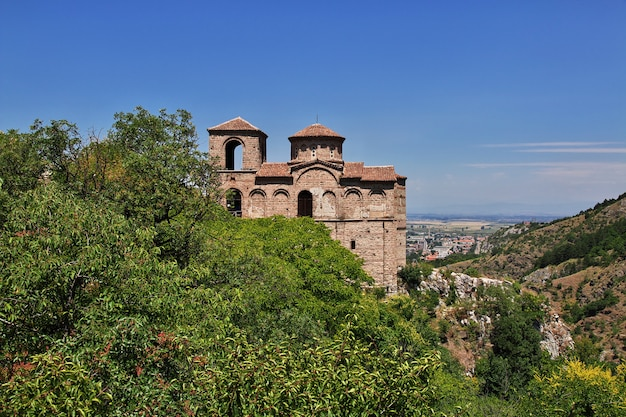Twierdza asenovgrad w górach bułgarii