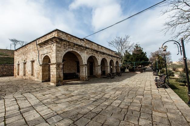 Twierdza derbent. starożytne miasto derbent. zabytki historyczne kaukazu. republika dagestanu