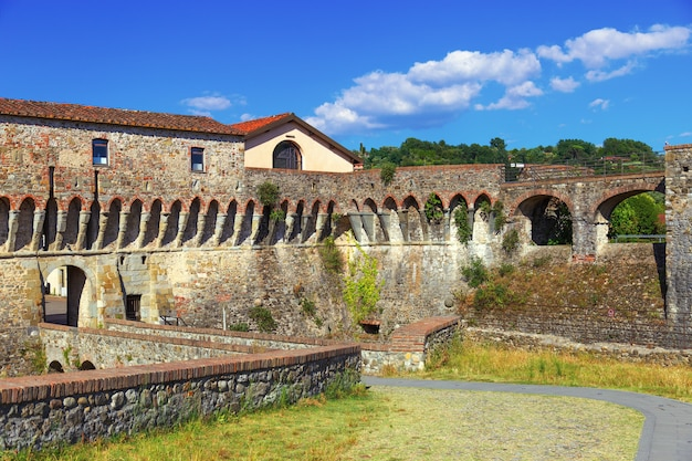 Twierdza firmafede znajduje się na wzgórzu małych miejscowości sarzana, włochy, liguria. średniowieczna cytadela. zamek sarzana.