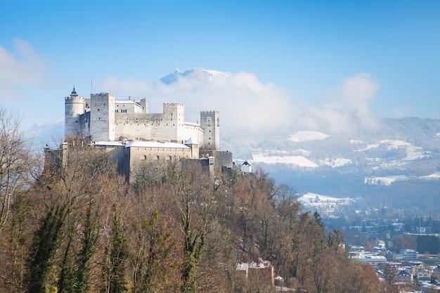 Twierdza hohensalzburg. salzburg. austria. piękny widok na panoramę salzburga