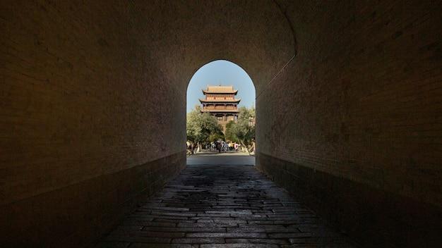 Twierdza jiayuguan przez łuk w chinach