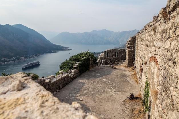 Twierdza świętego jana w kotorze, czarnogóra. od 1979 roku twierdza kotor znajduje się na liście światowego dziedzictwa jako część regionu przyrodniczo-kulturalno-historycznego kotoru