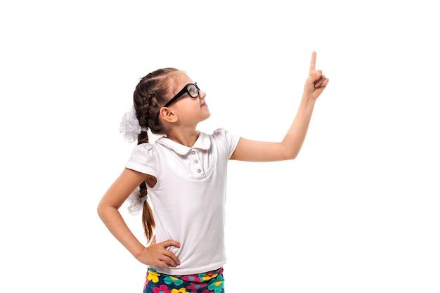Twój tekst tutaj. mała dziewczynka wskazuje pustą przestrzeń
