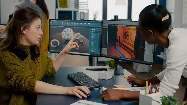 Twórca gracza wyjaśniający afrykańskiemu pracownikowi, jak testować interfejs na poziomie gry