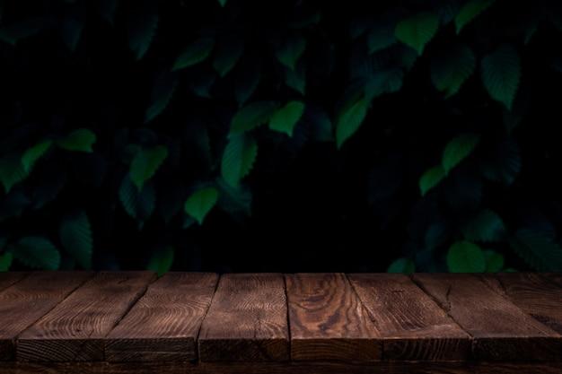 Twórca scen. pusty drewniany pokład stół z letnim tle bokeh.