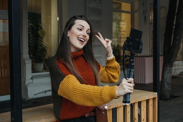 Twórca treści, blogerka, vlogerka, młoda kobieta robiąca selfie, filmująca siebie i bawiąca się w mieście