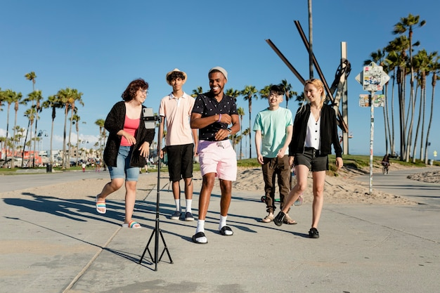 Twórca treści wideo tańczy ze znajomymi w venice beach w los angeles