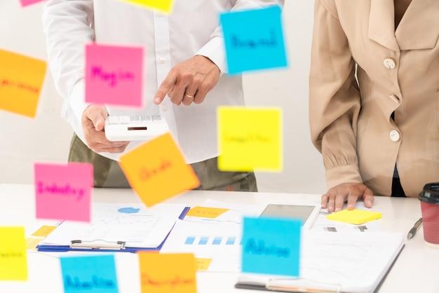 Twórcza grupa ludzi biznesu burzy mózgów przy użyciu karteczek