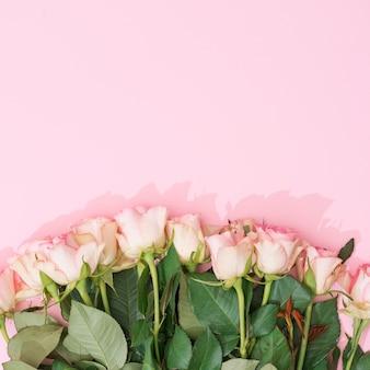 Twórcza wiosenna kompozycja różowe róże na różowo.