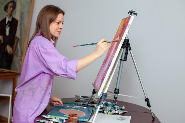 Twórczy artysta do rysowania w studio
