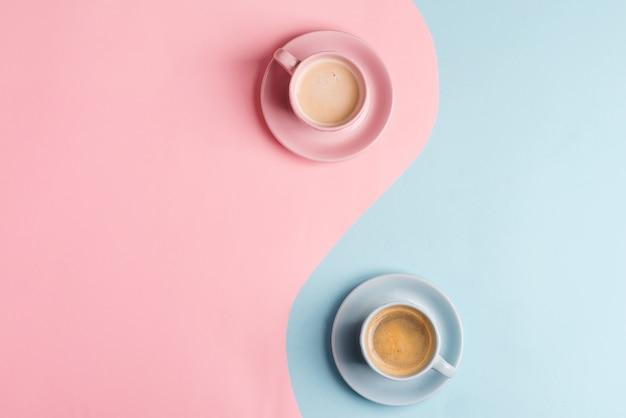Twórczy pastelowy niebieski różowy tło jako symbol nieskończoności z dwoma ceramicznymi filiżankami świeżo parzonego napoju kawowego.