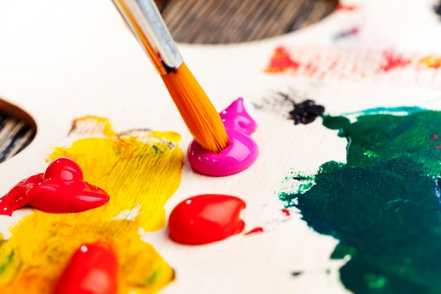 Twórczy proces rysowania poprzez mieszanie różnych kolorów farb pędzlami artystycznymi, pędzlami artystycznymi i farbami do malowania obrazów, olejnymi i innymi farbami pędzlami dla kreatywności