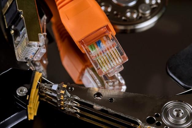 Tworzenie kopii zapasowych plików do przechowywania online, przesyłanie, przechowywanie informacji o serwerze podłączone kable sieciowe;
