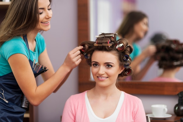 Tworzenie modnej fryzury przez młodą kobietę